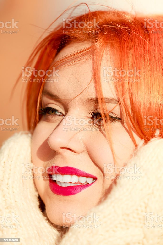 Beauty Gesicht Rote Haare Frau in warmer Kleidung im Freien  Lizenzfreies stock-foto