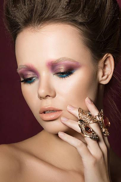 schönheit mode glamour mädchen portrait - goldenes augen make up stock-fotos und bilder