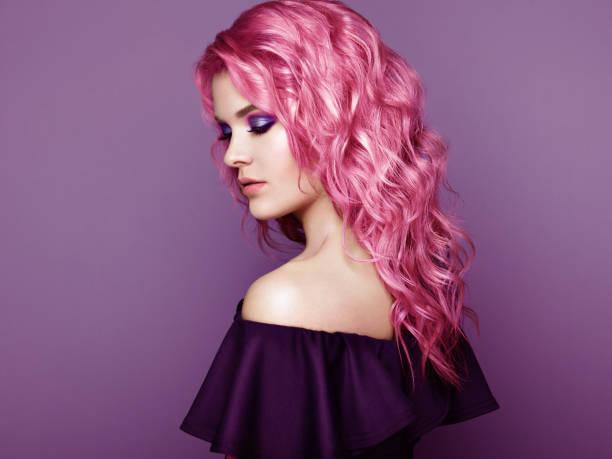 schönheit mode model mädchen mit bunt gefärbten haaren - haarfarbe ohne ammoniak stock-fotos und bilder