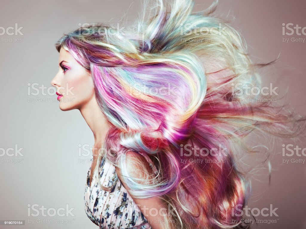 與多彩染過的頭髮女孩美容時尚模型 - 免版稅一個人圖庫照片
