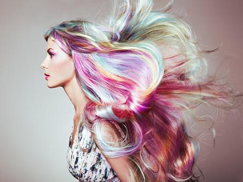 與多彩染過的頭髮女孩美容時尚模型 照片檔及更多 一個人 照片