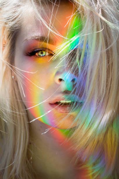 beauty fashion model girl mit regenbogen. - regenbogen make up stock-fotos und bilder