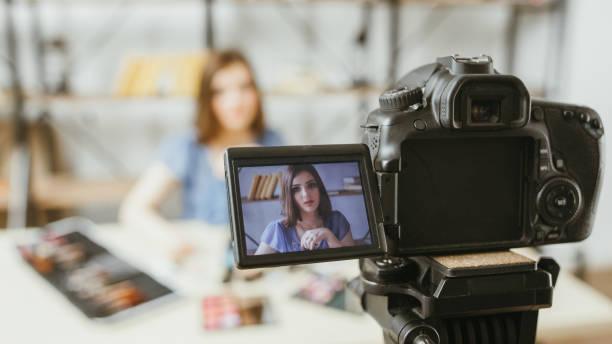 belleza moda vlog mujer de negocios cámara digital - hacer fotografías e imágenes de stock
