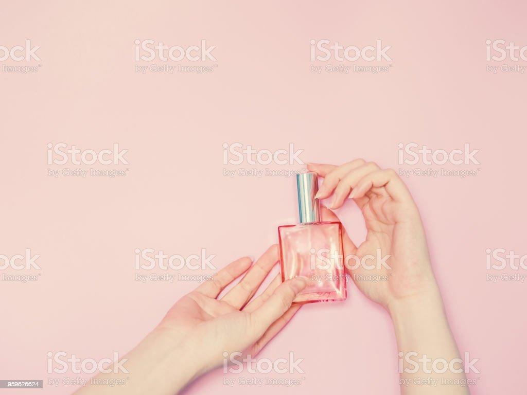 belleza para el concepto de mujer de mujer de belleza tanto Mostrar la mano y botella de perfume en la mano con aislados fondo pastel rosa - Foto de stock de Adulto libre de derechos