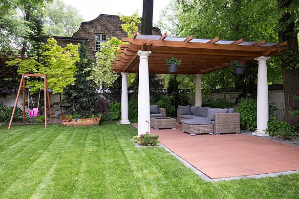 bellezza giardino con gazebo moderno - chiosco foto e immagini stock