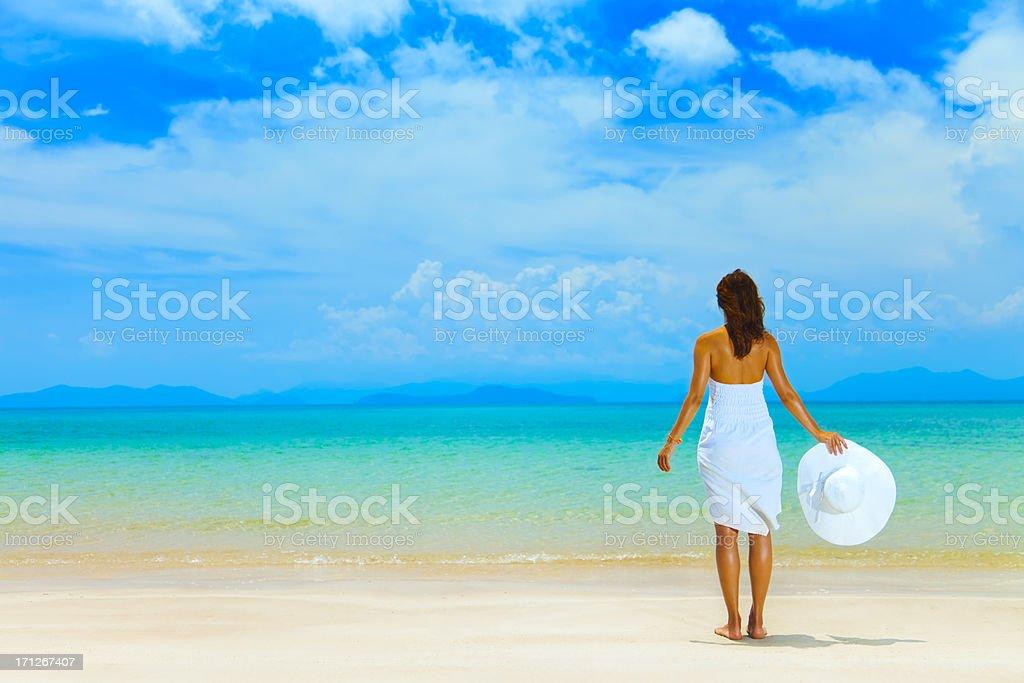 44fd07b1a847 Bellezza ragazza in abito bianco su sfondo di mare foto stock royalty-free