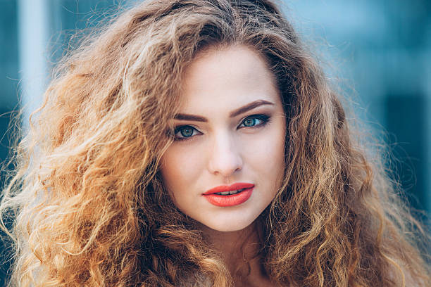schönheit mädchen im freien natur.   schöne junge model mädchen mit - krause haare stock-fotos und bilder