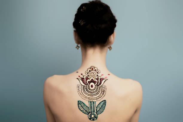 schönheit mädchen - tribal tattoos stock-fotos und bilder