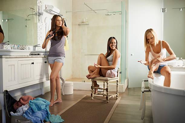 schönheit in bearbeitung - feminine badezimmer stock-fotos und bilder