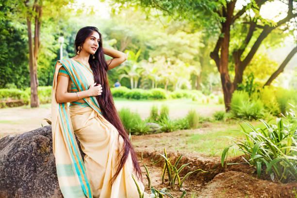 schoonheid in saree - lang haar stockfoto's en -beelden