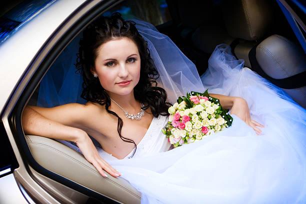 Schönheit in der Hochzeit Auto – Foto