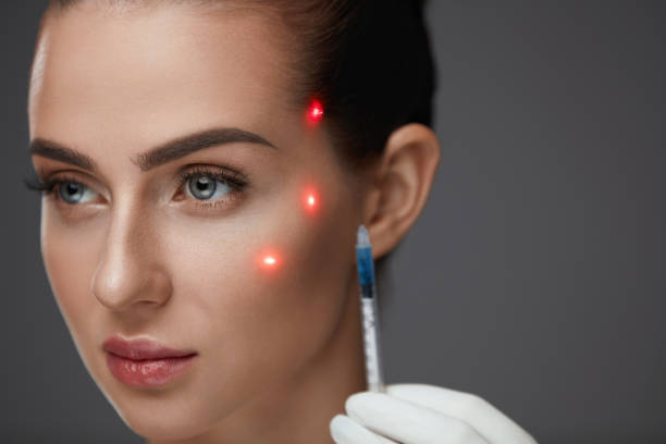 Injection de la beauté. Belle fille visage avec Points de Laser sur la peau - Photo
