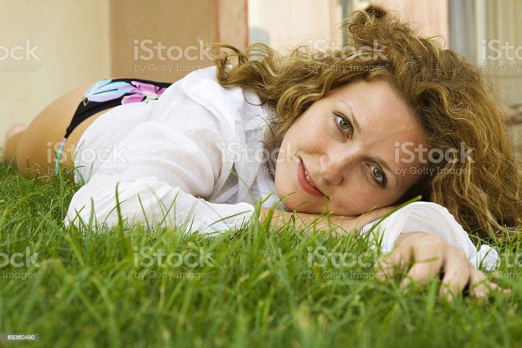 Uroda, leżąc na Trawnik przed jej domu zbiór zdjęć royalty-free