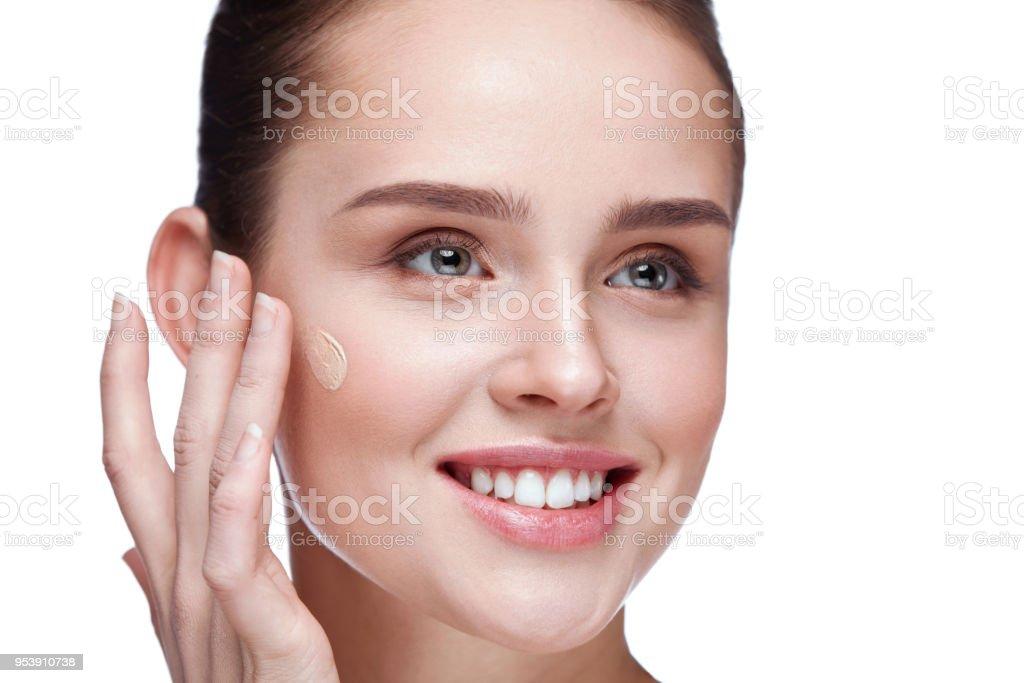 Beauty Makeup. Woman With Beautiful Makeup Applying Foundation – zdjęcie