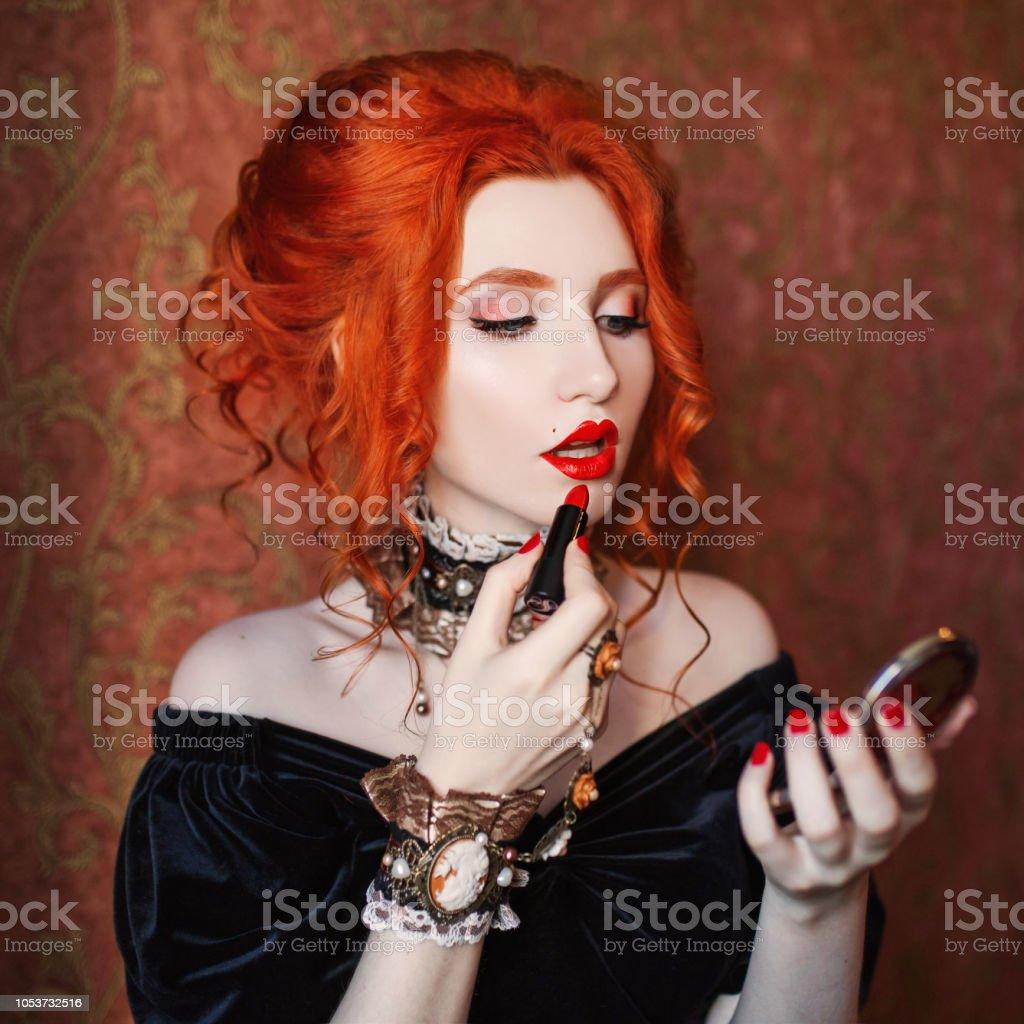 Schönheitmodell Farbstoff Lippen Halloweenkleidung Sexy Frau Ist Vampir Mit  Blasse Haut Und Rote Haare Mädchen Hexe Farbstoff Lippen Mit Rotem