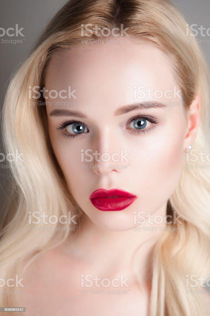 Beauty Model Mädchen Mit Perfekten Makeup Roten Lippen Und Blaue