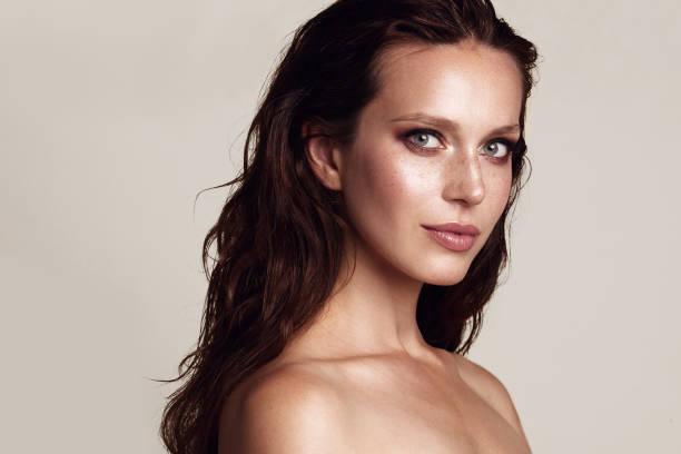 modèle de beauté avec le maquillage des yeux smoky - mannequin photos et images de collection