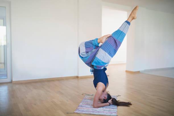 schönheit des yoga - pumphose stock-fotos und bilder