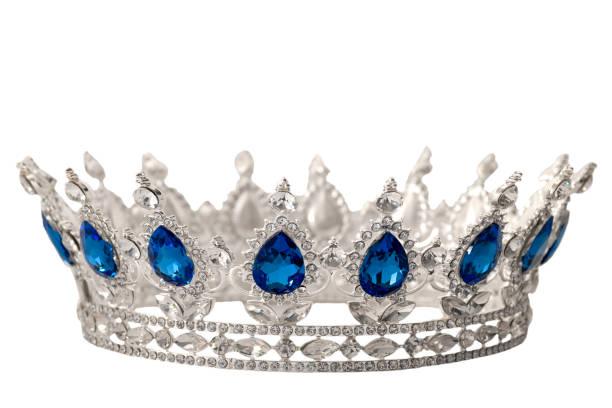 schönheit pageant gewinner, braut-zubehör in hochzeit und königliche krone für ein queen-konzept mit einer silbernen tiara in kristallen, diamanten und blauen saphir steinen isoliert auf weiss mit clip pfad ausschnitt bedeckt - prinzessin tiara stock-fotos und bilder