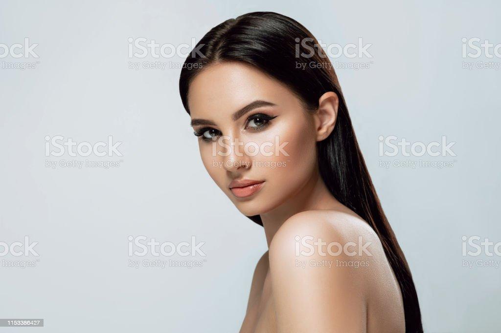 美麗的肖像。褐發女郎婦女與曬黑的皮膚和棕色的眼睛和新鮮健康的皮膚。 - 免版稅一個人圖庫照片