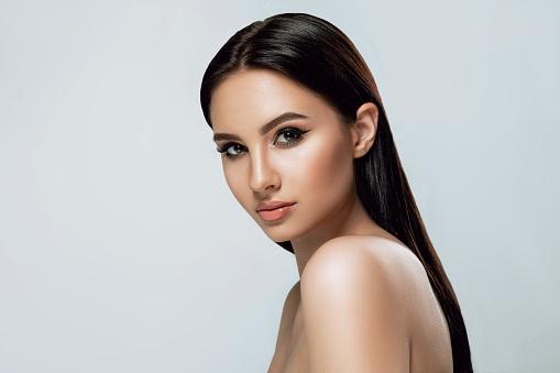 美麗的肖像褐發女郎婦女與曬黑的皮膚和棕色的眼睛和新鮮健康的皮膚 照片檔及更多 一個人 照片