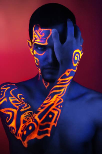 schönheit-porträt-modell - männliche körperkunst stock-fotos und bilder