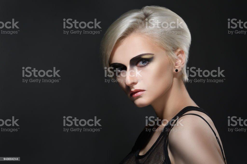 Coupe courte femme noire blonde