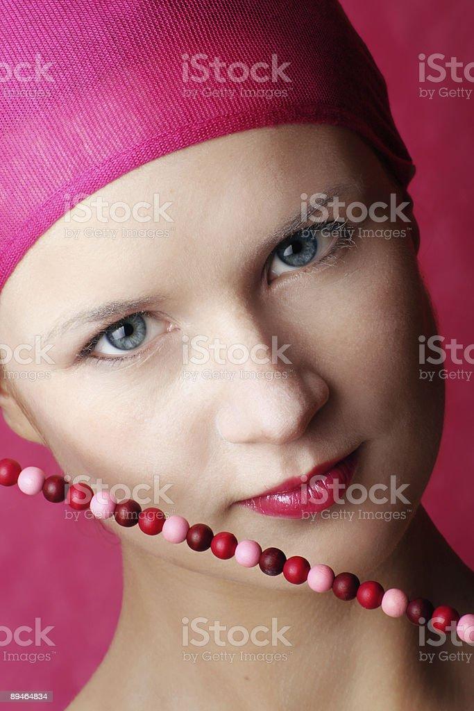 Beauté portrait d'une femme souriante de chaîne photo libre de droits
