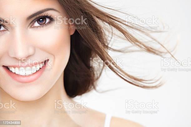 Schönheit Porträt Von Eine Junge Brunette Frau Mit Schönen Lächeln Stockfoto und mehr Bilder von 25-29 Jahre