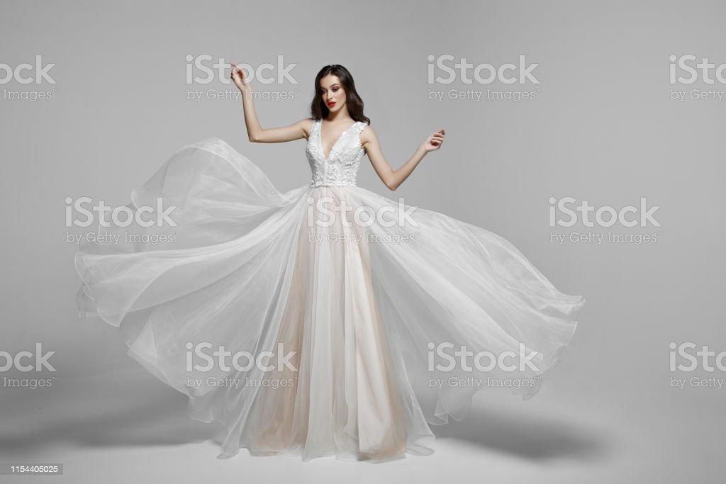 Photo Libre De Droit De Portrait De Beaute Dune Jeune Femme En Robe Longue De Mode De Mariage En Agitant Le Tissu Volant Tissu Flottant Dans Le Vent Banque D Images Et Plus