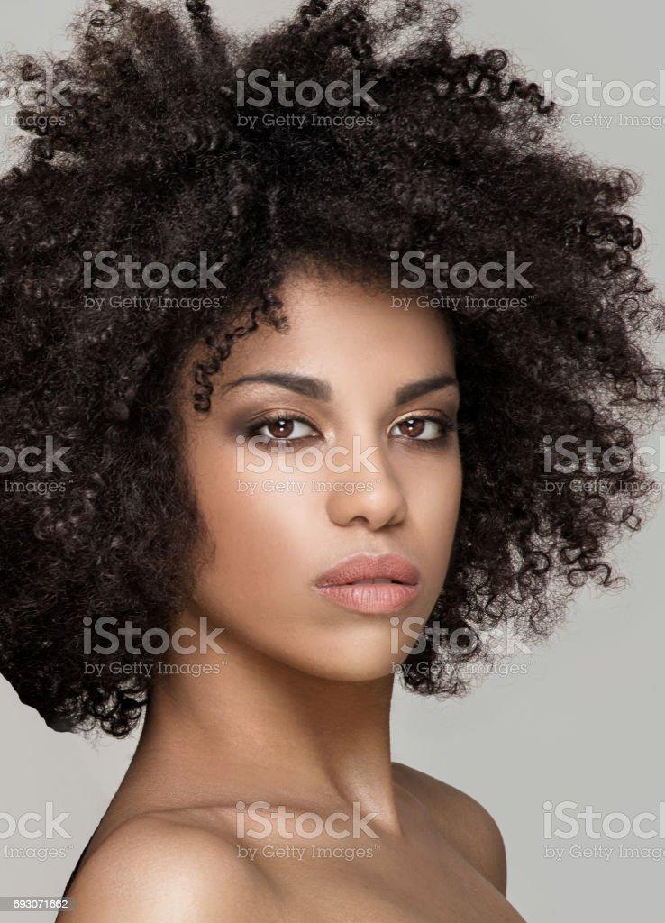 Retrato de belleza de niña natural africana. - foto de stock