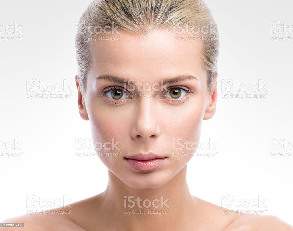 Beauty Portrait schöne junge Frau, die auf hellgrauen Hintergrund isoliert. Nude make-up Lizenzfreies stock-foto
