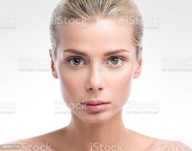 Beauty Portrait Schöne Junge Frau Die Auf Hellgrauen Hintergrund Isoliert Nude Makeup Stockfoto und mehr Bilder von Atelier