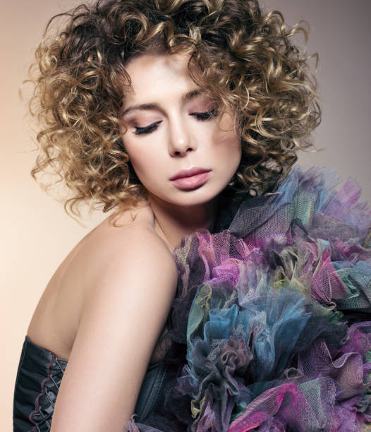 beauty portrait schöne junge frau mit lockigem haar und farbigen netzstoff - dauerwelle stock-fotos und bilder