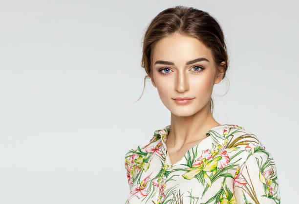 beauty portrait frauengesicht mit natürlichen gereinigte haut - blumen make up stock-fotos und bilder
