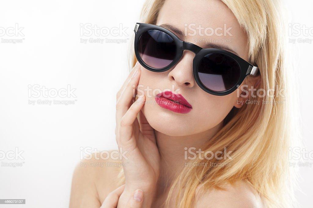 Beauté portrait de jeune Belle femme portant des lunettes de soleil photo  libre de droits b8cf524ff63d
