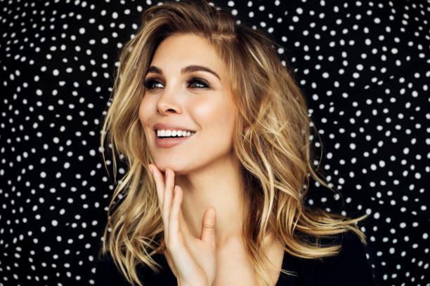 porträt des jungen blonde schönheit - lustige augenbrauen stock-fotos und bilder