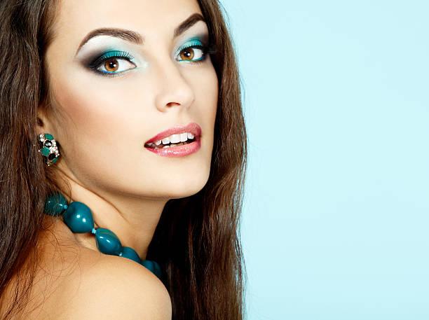 porträt von schönheit junge frau - türkise haare stock-fotos und bilder