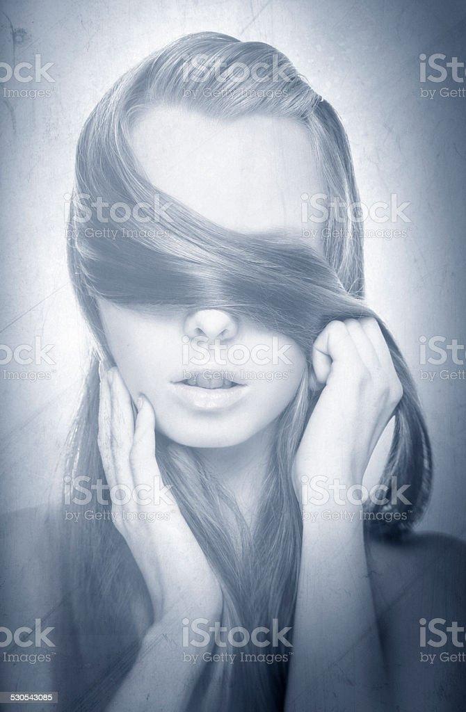 Schönheit Porträt von Junge hübsche Blonde Frau verstecken sich selbst mit – Foto