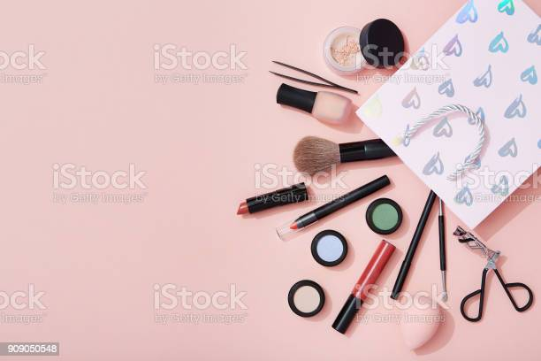 Beauty products and a gift bag flat lay on pink background picture id909050548?b=1&k=6&m=909050548&s=612x612&h=z96qzomg6pa1oekr0slj 3vcc htm3i0 7owevxqw6u=