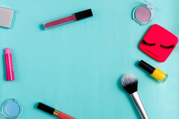 beauty-produkte, jeden tag make-up, kosmetik - blaues augen make up stock-fotos und bilder