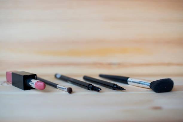 beauty-produkte für make-up frau, auf hölzernen hintergrund. - moo stock-fotos und bilder