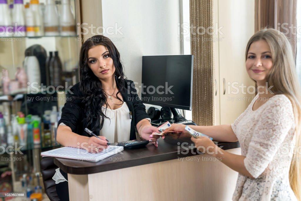 Administrador de salão de beleza e atendimento ao cliente com notas de euro - foto de acervo