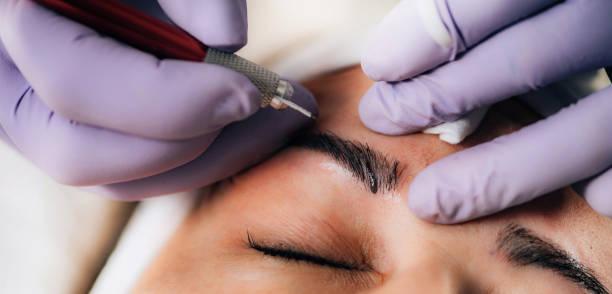 beauty salon – microblading eyebrows - durabilidade imagens e fotografias de stock