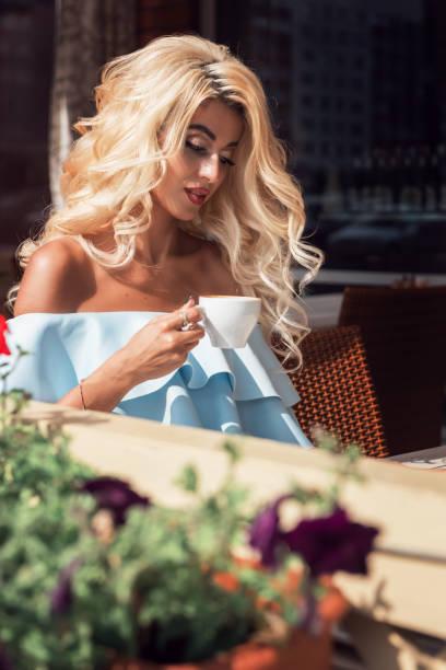 Schönheit sinnliche Frau in elegantem blauen Kleid im Café – Foto