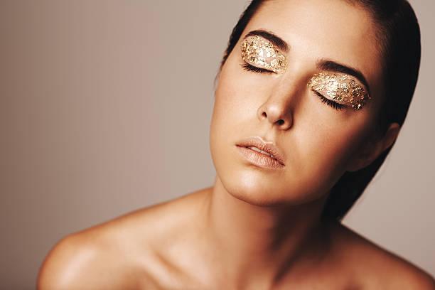 schönheit zur geltung - goldenes augen make up stock-fotos und bilder