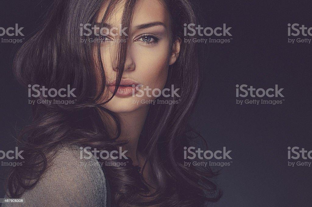 Schönheit Aufnahme eines lächelnden lange langhaarigem, schöne brunette Frau – Foto