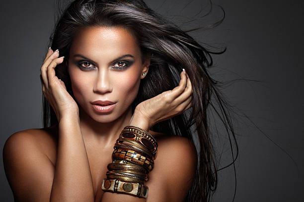 foto de hermosa belleza, mezclada raza mujer con pelo largo fluttering - desnudos fotografías e imágenes de stock