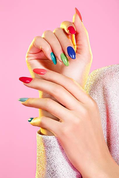 schönheit aufnahme des mädchens mit bunten nagellack - nägel lackieren stock-fotos und bilder