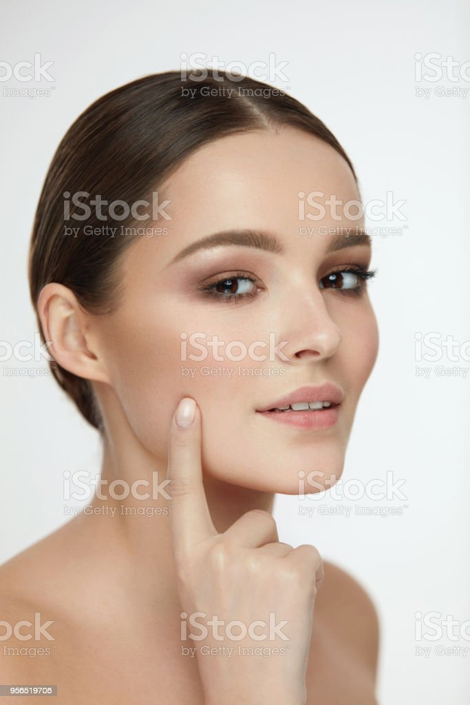 Schönheitspflege der Haut. Sexy Frauen, die Gesichtshaut mit Finger berühren - Lizenzfrei Auge Stock-Foto